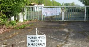 L'ingresso della discarica nell'area ex Razzaboni a San Giovanni in Persiceto (Bo)