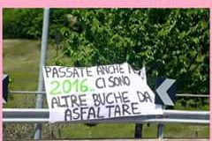 Lo striscione esposto ieri durante il passaggio del Giro