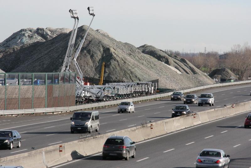 I cumuli di vetro dell'Emiliana Rottami visibili dall'autostrada tra Modena e Bologna