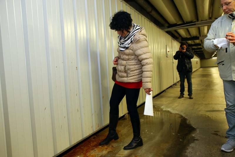 Raffaella Sensoli durante la visita ai cunicoli dell'ospedale di Cona